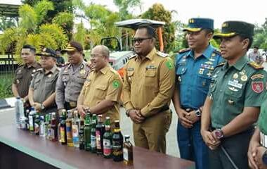 Ribuan Miras di hancurkan disaksikan oleh Bupati dan Wakil Bupati Kutai Timur