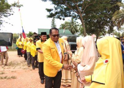 Kasmidi sedang bersalaman dengan warga