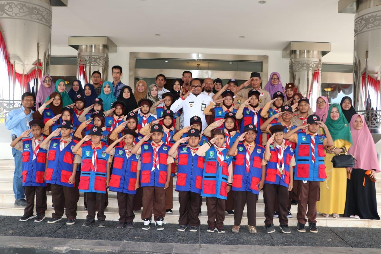Kasmidi Lepas Pramuka Kutim ke Ajang Nasional