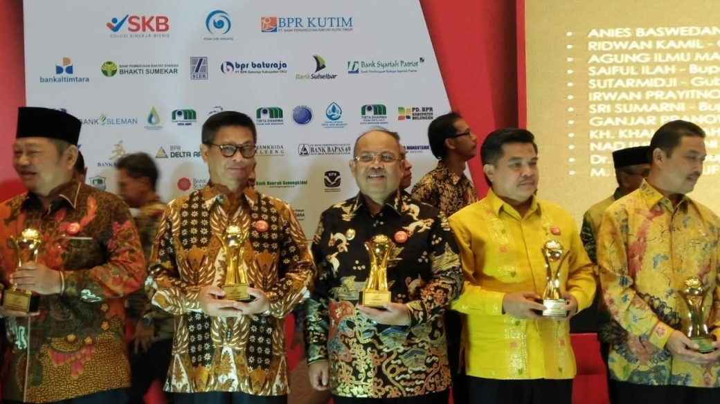 Bupati Ismunandar Terima Penghargaan Top BUMD 2019