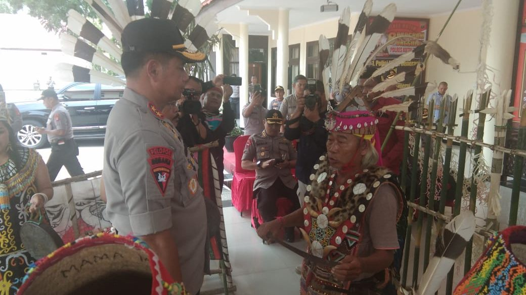 Kapolda Terima Nama Kebesaran Suku Dayak, Ding Dea Laeng Hong