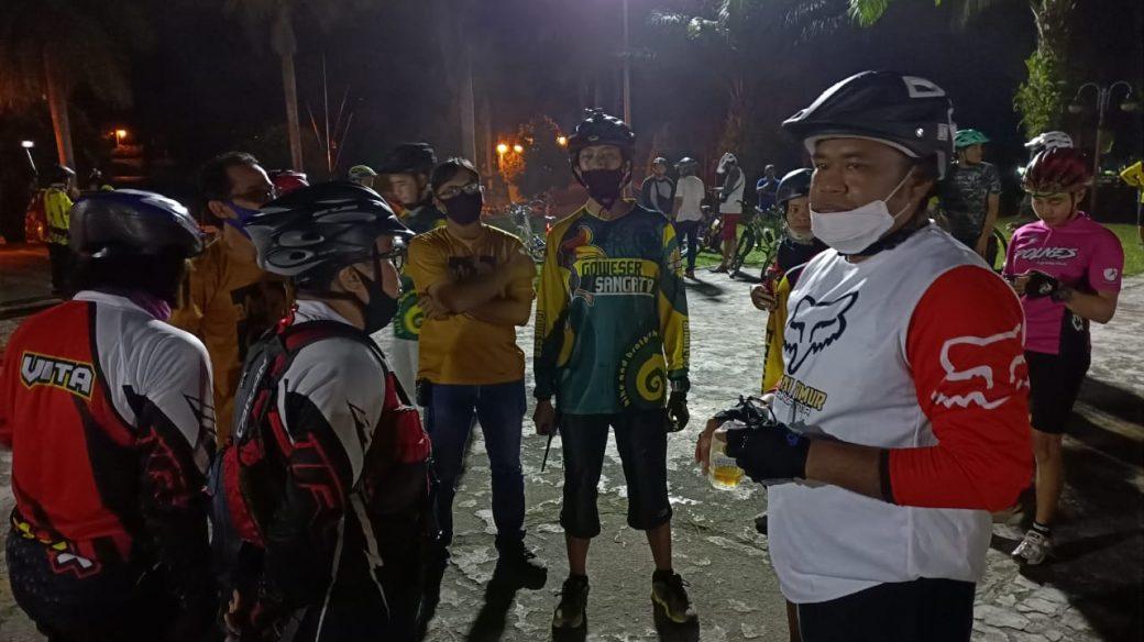 Plt Bupati Kasmidi Bulang Gowes Bareng dengan Ratusan Pemancal di Sangatta