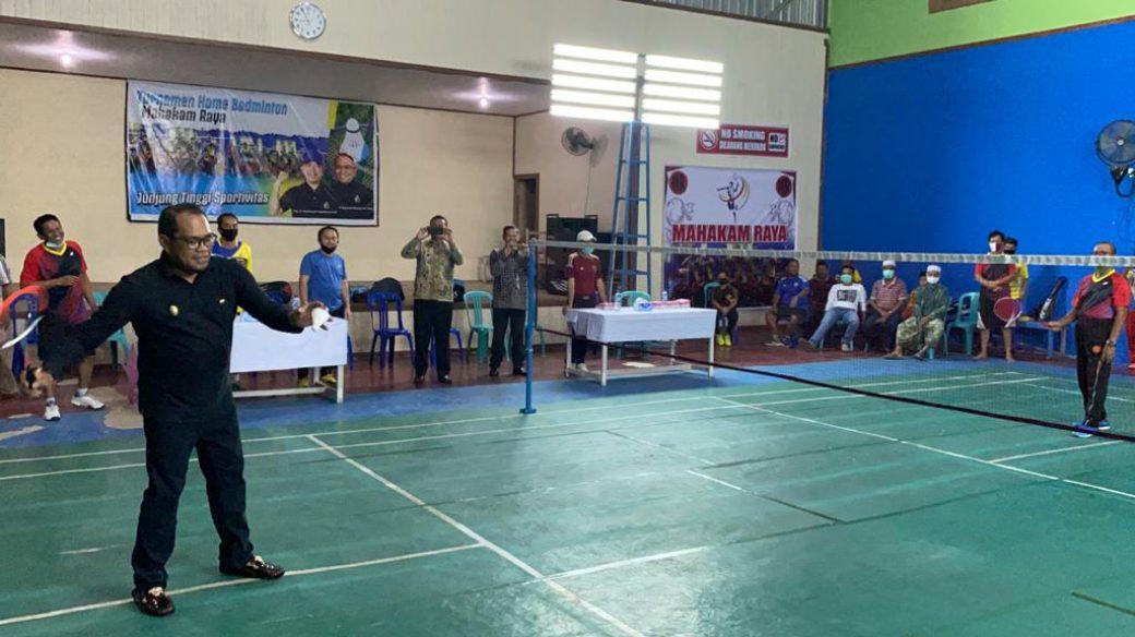 Diikuti 7 Klub, Kasmidi Bulang Buka Turnamen Home Badminton Mahakam Raya