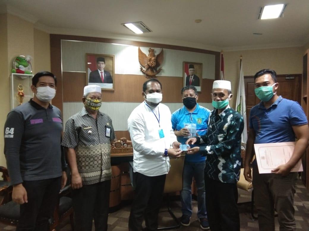 Plt Bupati Kasmidi Bulang Serahkan 150 KTP el Milik Warga Kongbeng