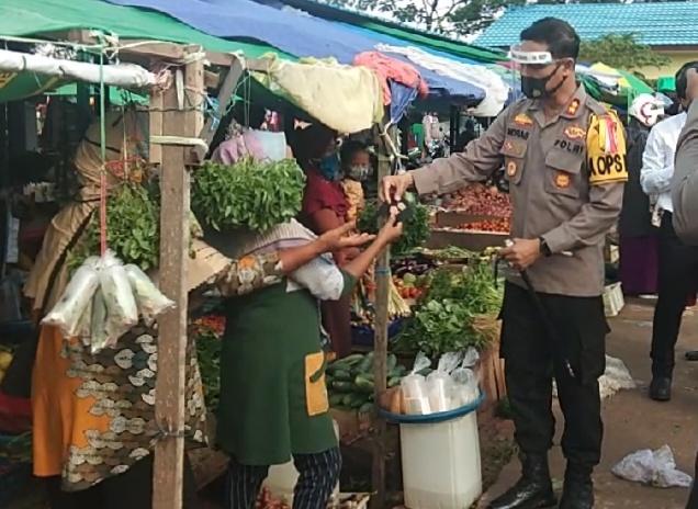 Masuk Pasar, Kapolres, Dandim dan Danlanal Bagikan Masker ke Pedagang